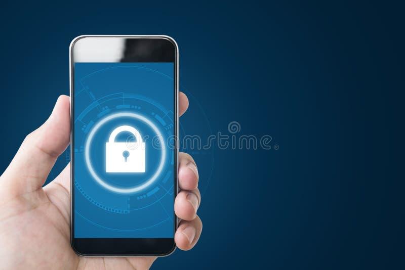 Système de sécurité en ligne d'Internet mobile Remettez tenir le téléphone intelligent mobile avec des icônes de technologie de s images stock