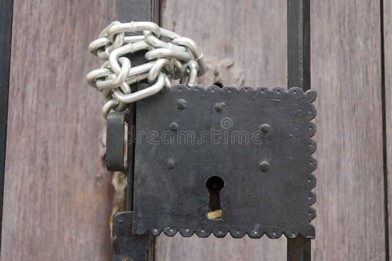 Système de sécurité de porte, clé en métal, symbole de propriété unique et privée en Amérique latine images stock
