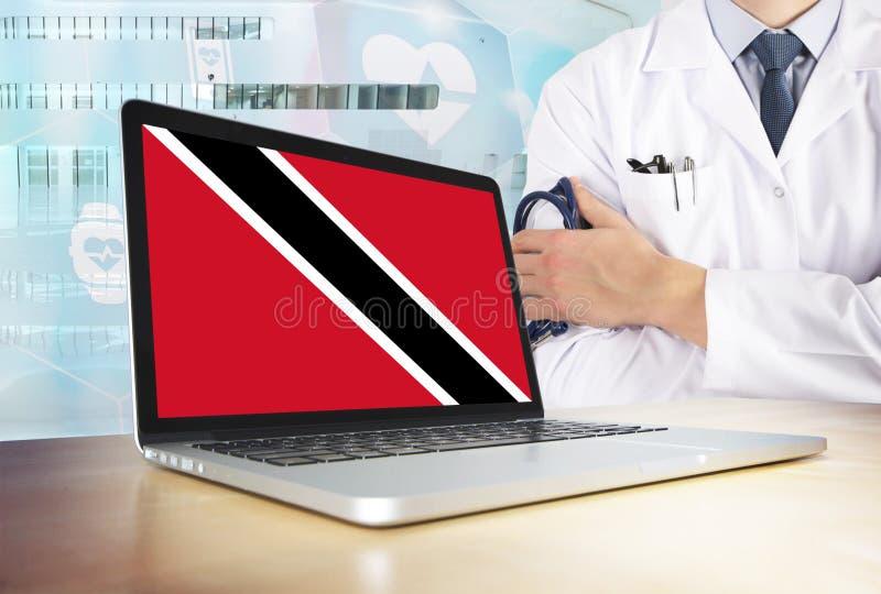 Système de santé de Trinidad And Tobago dans le thème de technologie Drapeau sur l'écran d'ordinateur Docteur se tenant avec le s photos libres de droits