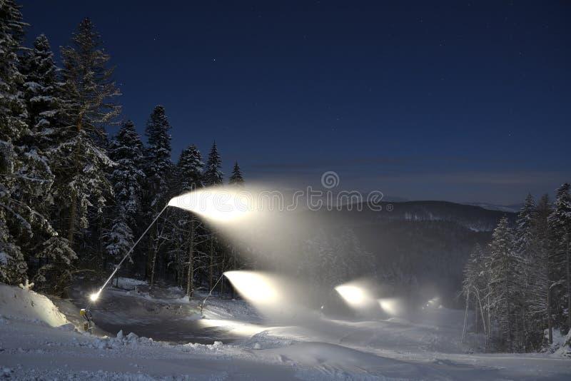 Système de Snowmaking artificiel Décrivez pris la nuit sur la pente en Poiana Brasov photographie stock