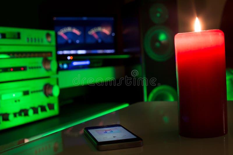 Système de son à la maison commandé par le téléphone de smarth image stock