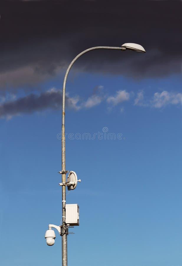 Système de surveillance avec un voyant d'alarme orange situé sur un poteau dans l'ouvert La menace de l'intimité et la protection image libre de droits