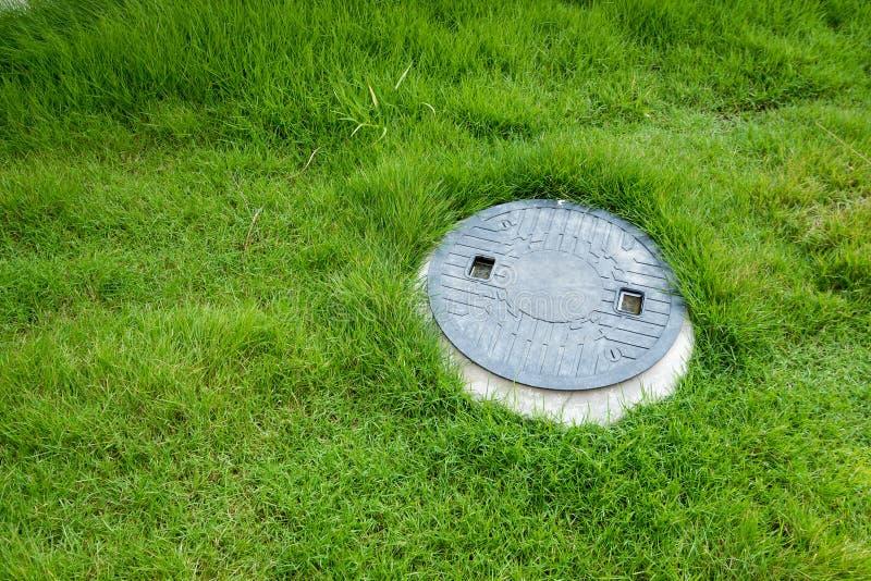 Système de traitement des déchets souterrain de fosse septique images stock