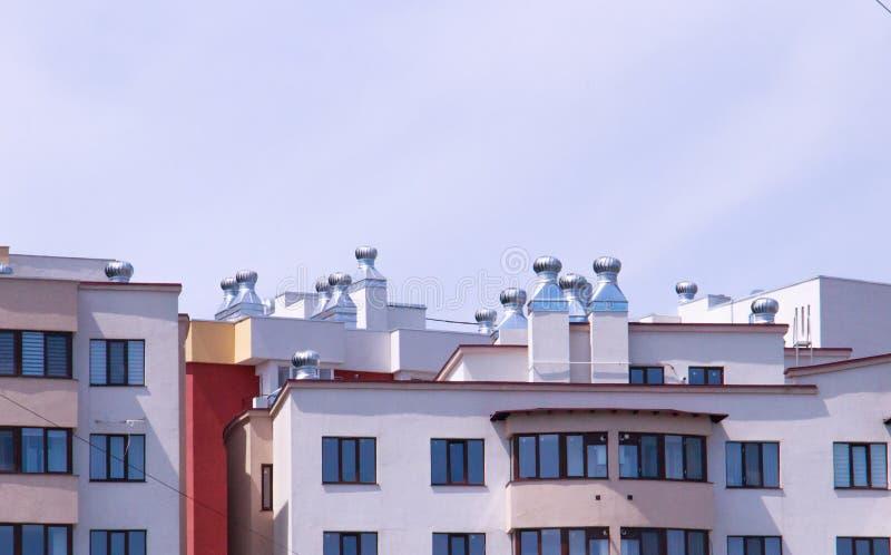 Système de ventilation installé dans un bâtiment résidentiel photographie stock