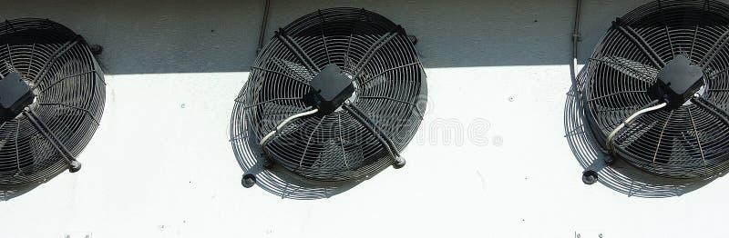 Système de ventilation noir sur un mur blanc photographie stock libre de droits