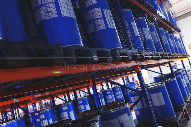 Système du stockage d'adresse des produits, des matériaux et des marchandises dans un entrepôt barils en plastique bleus pour le  photo libre de droits