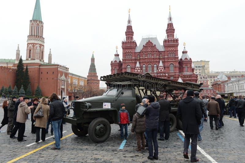 Système réactif du feu de volée à la base de la voiture Studebaker au défilé sur la place rouge à Moscou photo libre de droits
