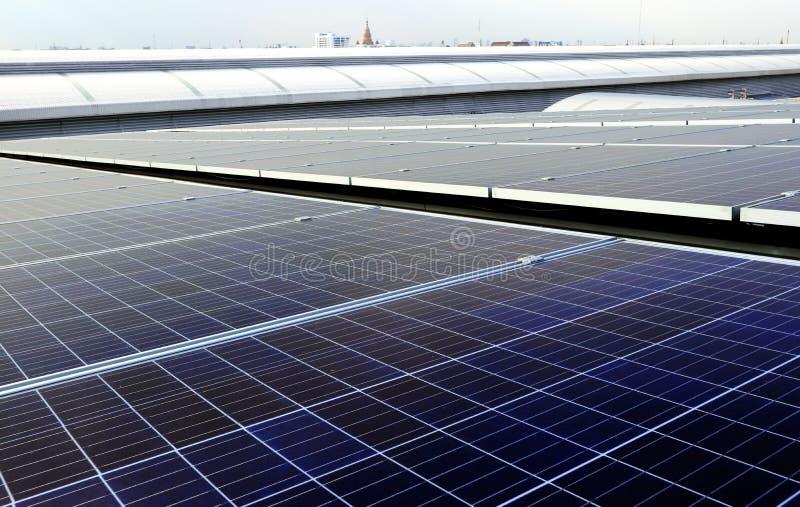 Système solaire de dessus de toit de picovolte à l'arrière-plan de pagoda de région de ville photographie stock