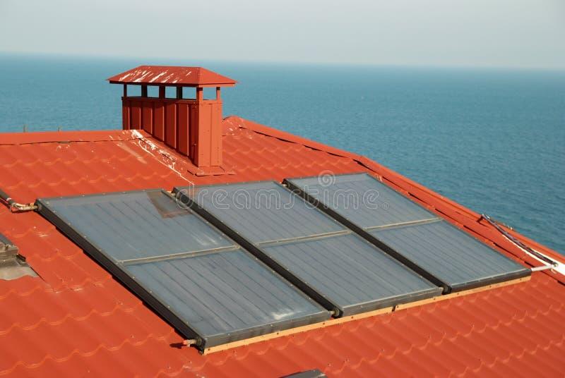 système solaire de toit de maison images stock