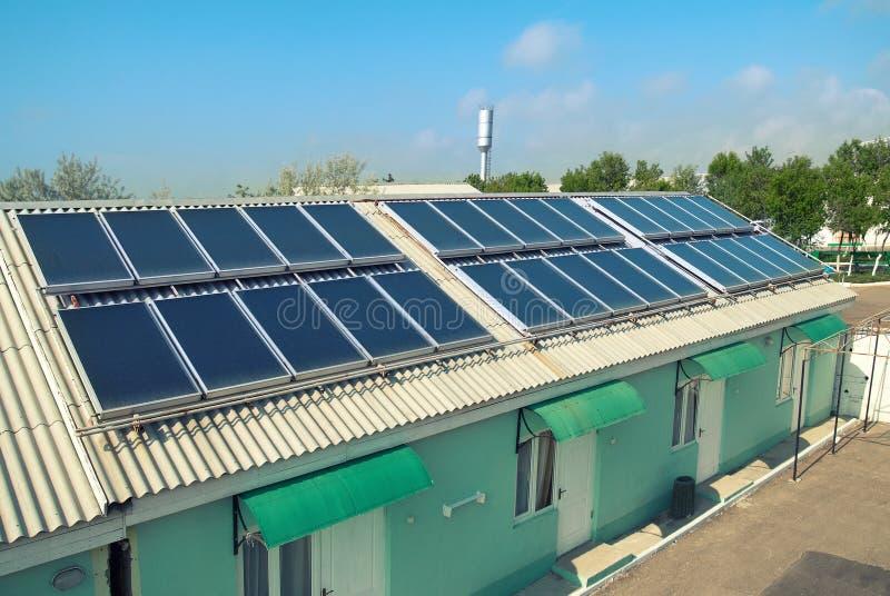 Système solaire sur le toit image stock