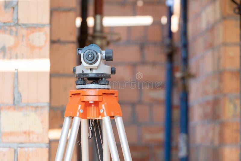 Systèmes d'arpenteur ou dispositif de niveau optique sur le fond brouillé photo stock