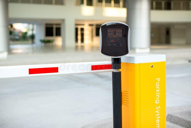 Systeem van de parkeerterrein het automatische ingang Veiligheidssysteem om toegang te bouwen - het einde van de barrièrepoort me stock foto