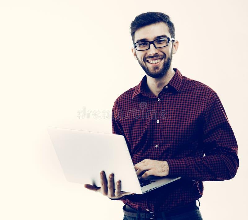 Systeembeheerder met laptop tegen witte achtergrond stock afbeelding