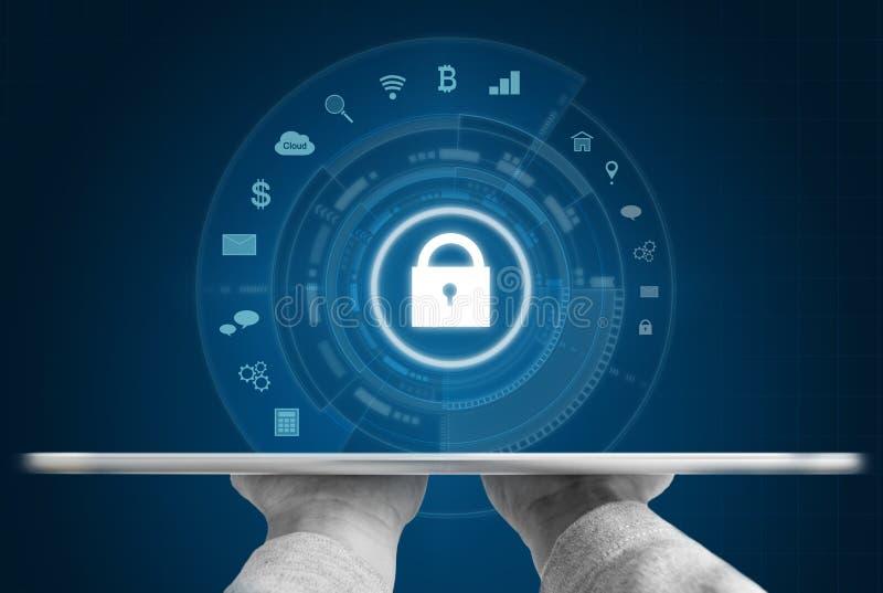 System för Cyberinternetsäkerhet Handen som rymmer den digitala minnestavlan, och säkerhet låser teknologisymbolen royaltyfria foton