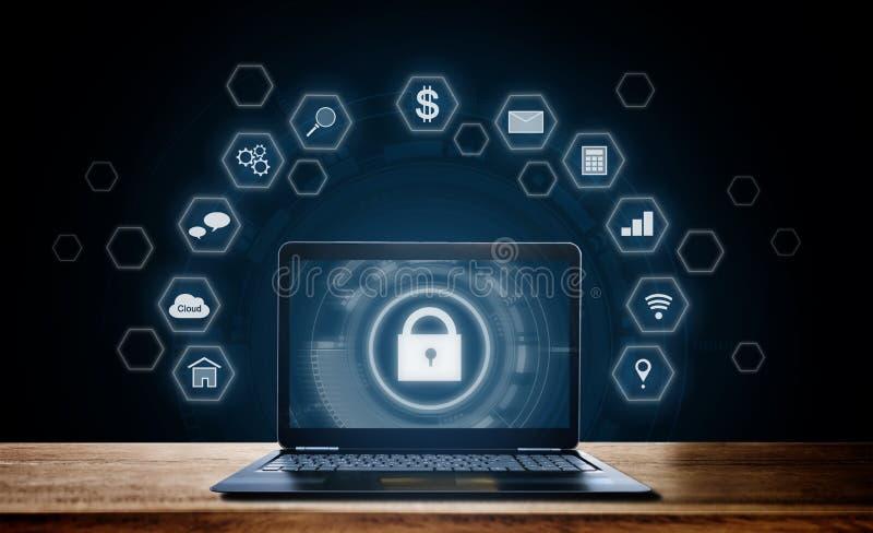 System för Cyberinternetsäkerhet Lås och applikationsymbolsteknologi med datorbärbara datorn på träskrivbordet royaltyfri bild