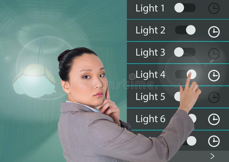 System för hem- automation för kvinna som rörande tänder App-manöverenheten royaltyfria foton