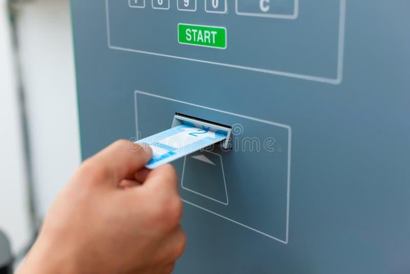 system för man för bilkort genom att använda kupongwash arkivbilder