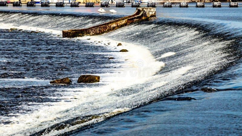 Systemet av lås-, dammbyggnad- och slussportar i den Shannon floden i den Athlone staden arkivbild