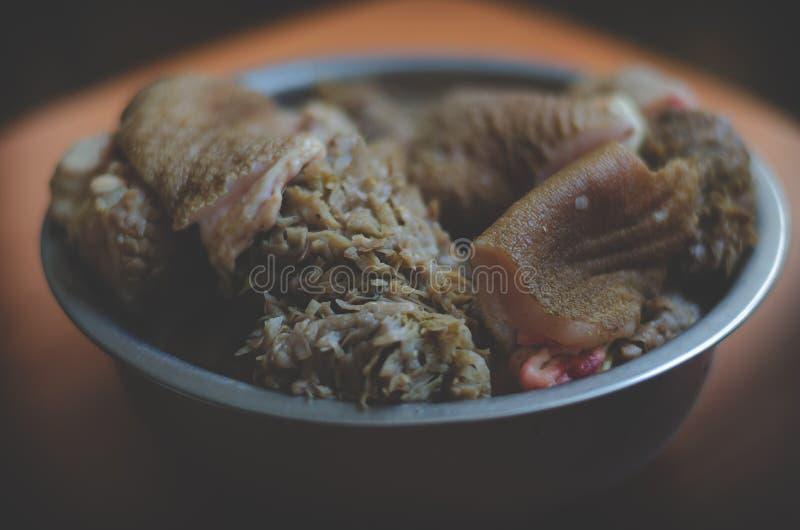 Systemet av naturlig matande hundkapplöpning BARF Stora bitar för rått kött i en bunke f?r matrestaurang f?r n?tk?tt kinesisk tri arkivbild