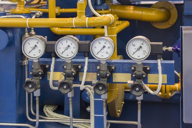 Systemfassbinderrohre mit vier Manometern stockbilder