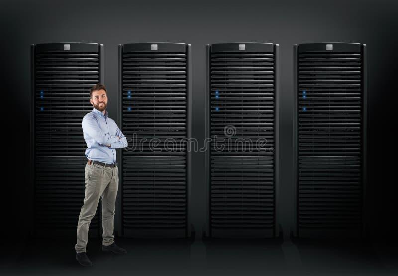 Systemtekniker som stöttar en databasserver royaltyfria bilder