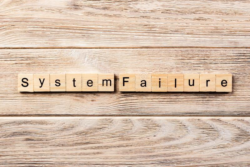 Systemu niepowodzenia słowo pisać na drewnianym bloku systemu niepowodzenia tekst na stole, pojęcie obrazy stock