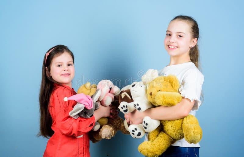 Systerb?sta v?nlek s?t barndom Barndombegrepp Softness och mjukhet V?lg?renhetf?rs?ljning F?r?lskelse och royaltyfria bilder