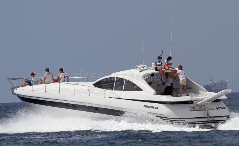 Systern av konungen av den Spanien Cristina de Borbon seglingen på hennes yacht med hennes barn och andra royaltyfri bild