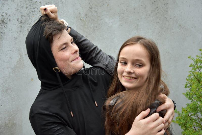 Systern förargar hennes broder för gyckel royaltyfri foto