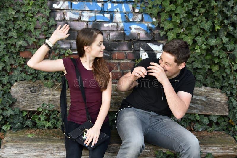 Systern förargar hennes broder för gyckel fotografering för bildbyråer