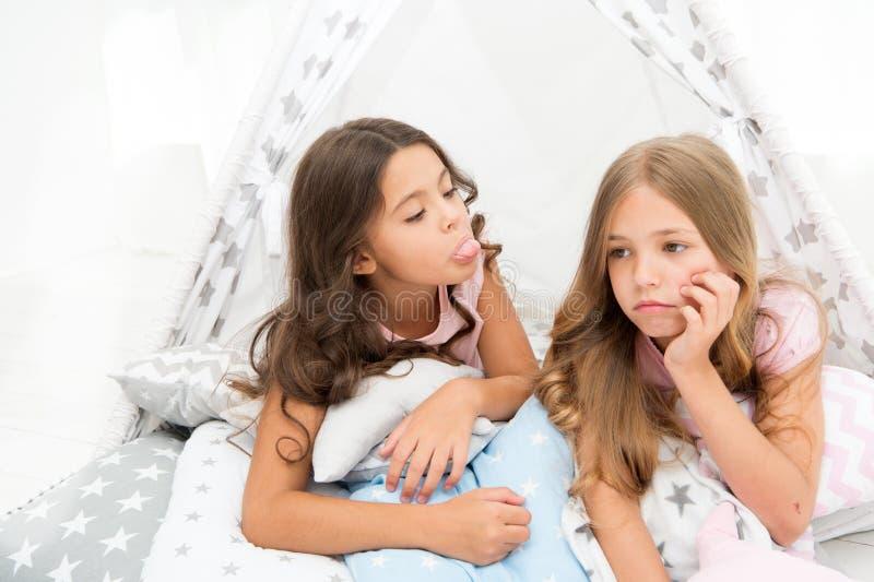 Systerrivalitetbegrepp Ungar lägger i ledsna framsidor för tipihus Vänner har några problem Moment för att handla med siblingen arkivfoto