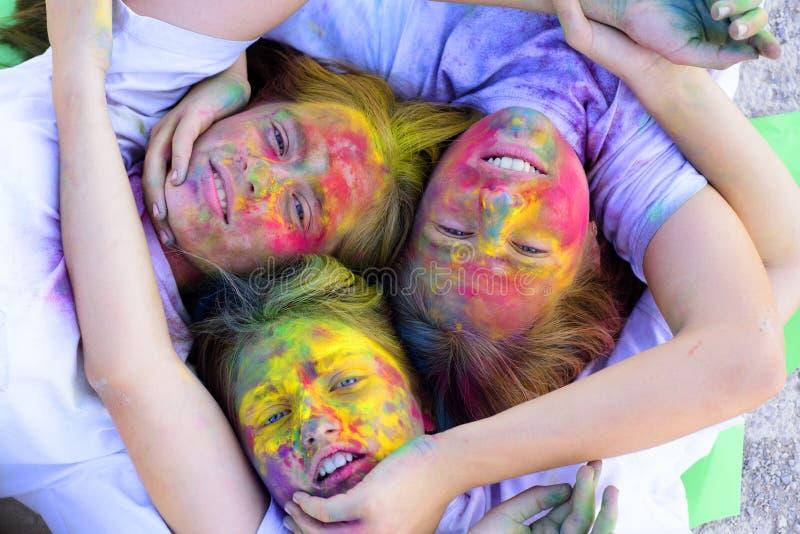 Systerskap och familjevärderingar Positivt och gladlynt Galna hipsterflickor Sommarv?der f?rgrik neonm?larf?rgmakeup fotografering för bildbyråer