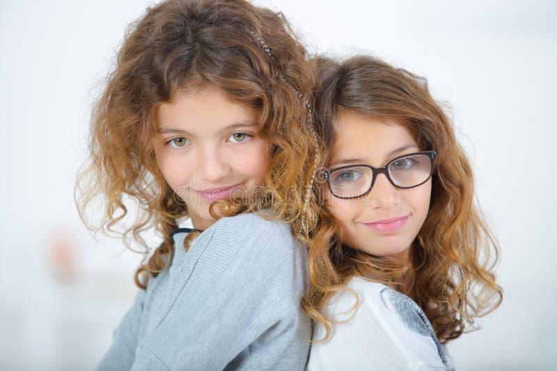 Systrar får på brunnen royaltyfria bilder