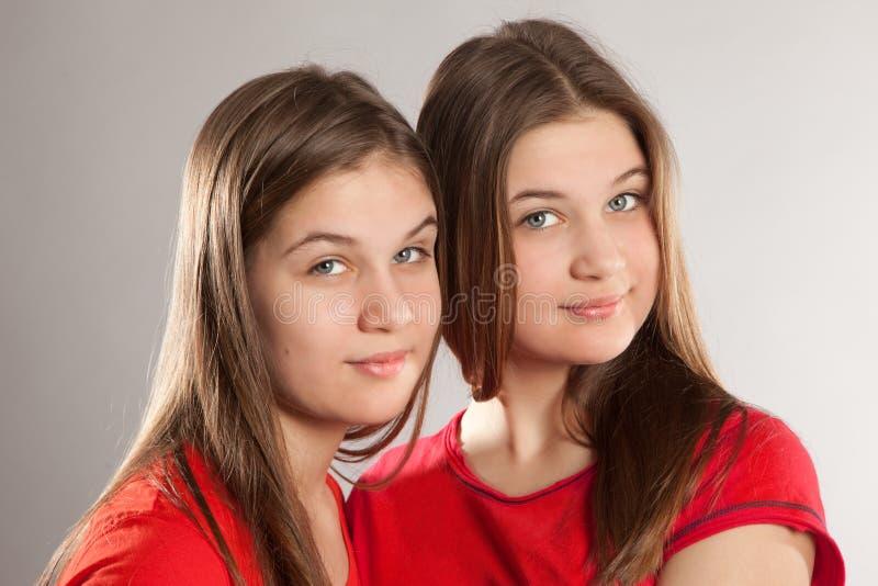 Systrar kopplar samman royaltyfria bilder