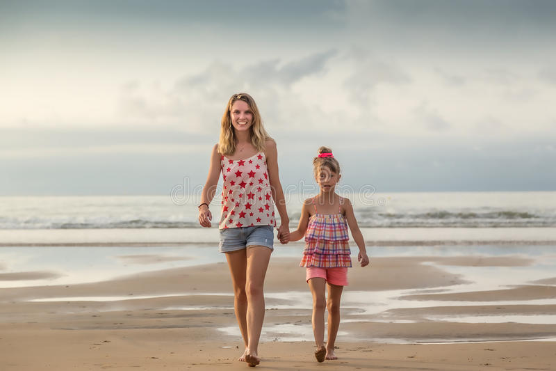 Systrar som går på stranden fotografering för bildbyråer