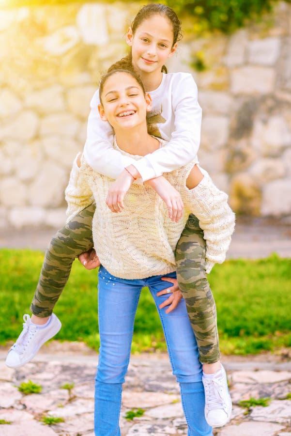 Systrar som har utomhus- gyckel arkivfoton