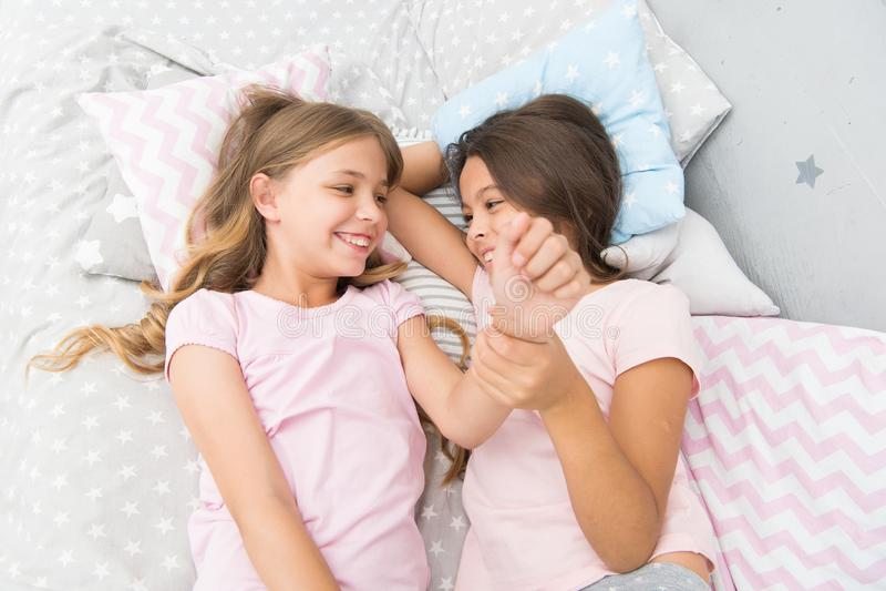 Systrar som skojar att skratta hemma Hemtrevlig konversation Systrar eller bästa vän spenderar tid som meddelar tillsammans systr royaltyfria bilder