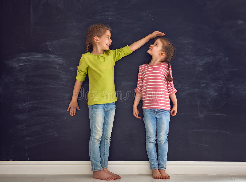 Systrar spelar tillsammans royaltyfria foton