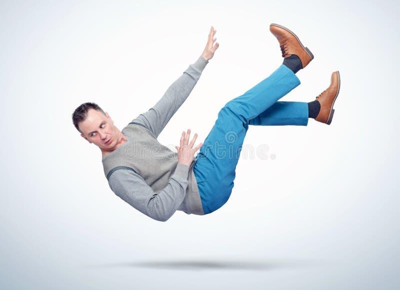Sytuacja mężczyzna w przypadkowych ubraniach spada Pojęcie wypadek zdjęcie royalty free