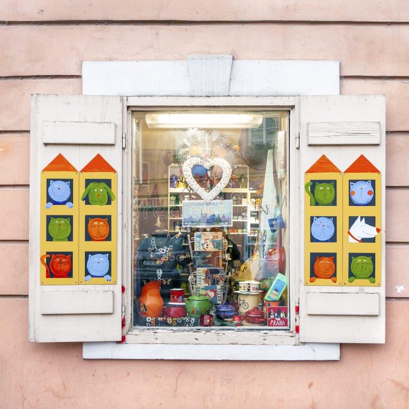Syvenir- och presentbutiksfönster i Prag arkivbilder