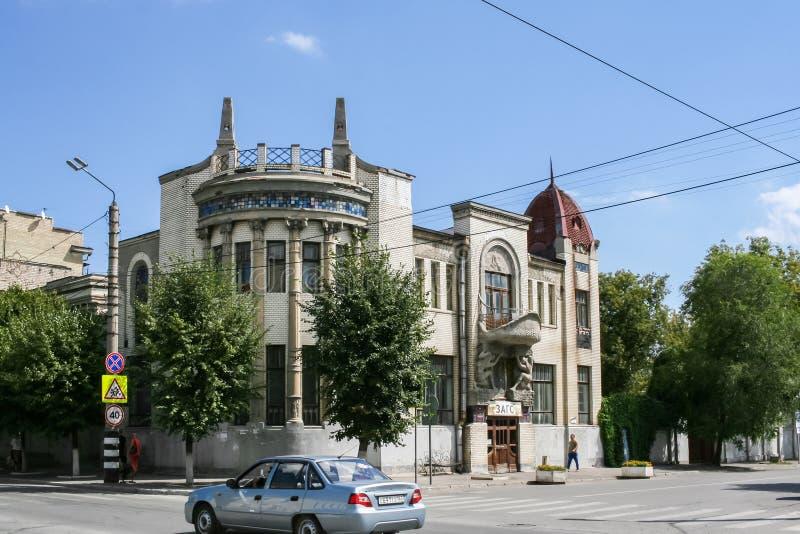 Syzran `, Ryssland-Augusti, 16,2016: Härligt rikt dekorerat grå färgstenhus i den historiska mitten av staden arkivfoton