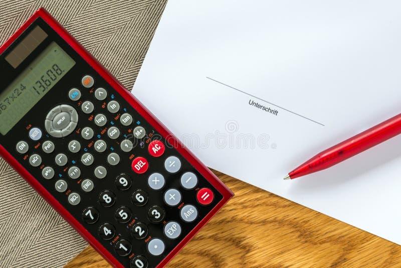 Szablon pieniężnej księgowości biurko z kalkulatorem i niemiec obraz royalty free