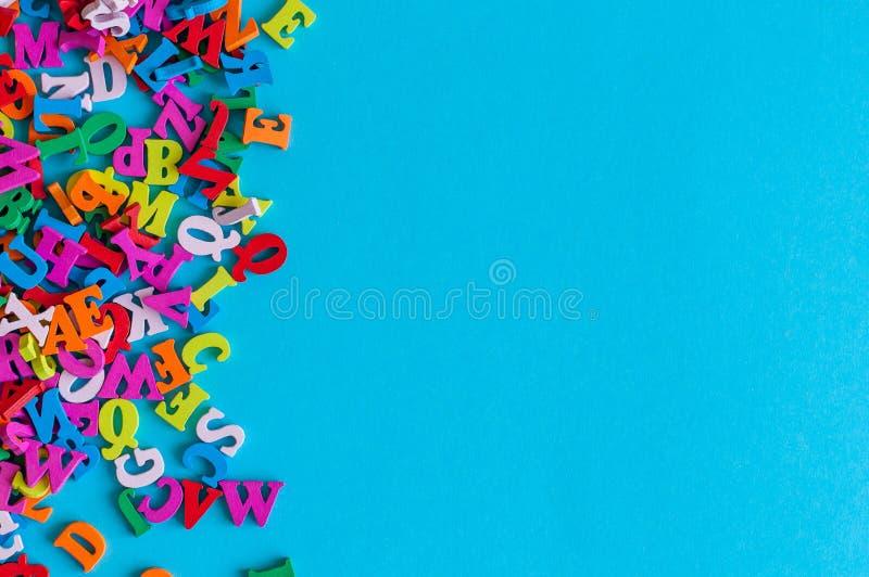 Szablon z wiele kolorów listami, ABC z błękitnym tłem i opróżnia przestrzeń dla teksta Biznesu i edukaci pojęcie obraz stock