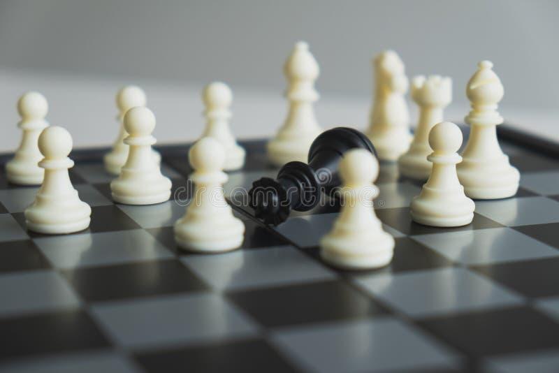 Szachowa deska pokazuje przywódctwo, zwolenników i biznesowego sukcesu strategie, zdjęcie stock