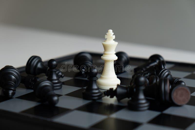 Szachowa deska pokazuje przywódctwo, zwolenników i biznesowego sukcesu strategie, obraz royalty free