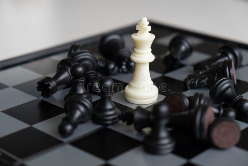 Szachowa deska pokazuje przywódctwo, zwolenników i biznesowego sukcesu strategie, zdjęcia royalty free