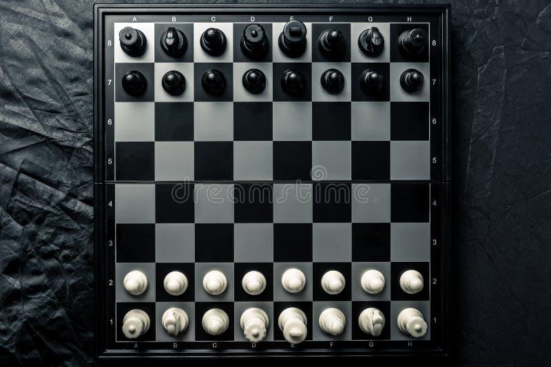 Szachowa deska z czarny i biały szachowym obszyciem each inny fotografia royalty free