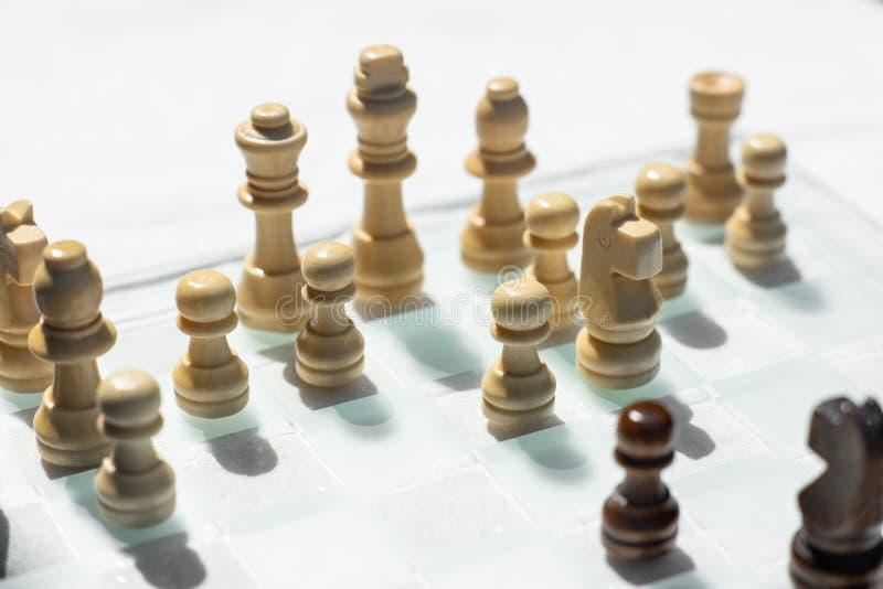 Szachowa gra planszowa, biznesowy konkurencyjny poj?cie, spotyka trudn? sytuacj?, przegrywanie i wygranie, obraz royalty free