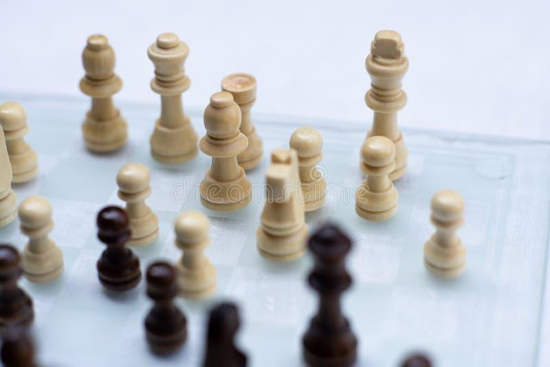Szachowa gra planszowa, biznesowy konkurencyjny poj?cie, spotyka trudn? sytuacj?, przegrywanie i wygranie, zdjęcia royalty free