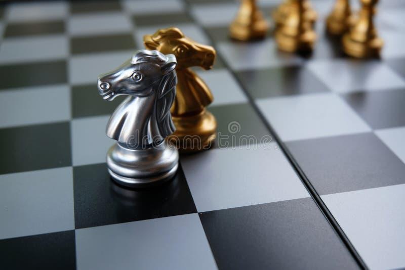 Szachowa gra planszowa Dwa rycerza iść przeciw siebie Strategii biznesowej i rywalizaci pojęcie Odbitkowa przestrzeń dla teksta obrazy royalty free